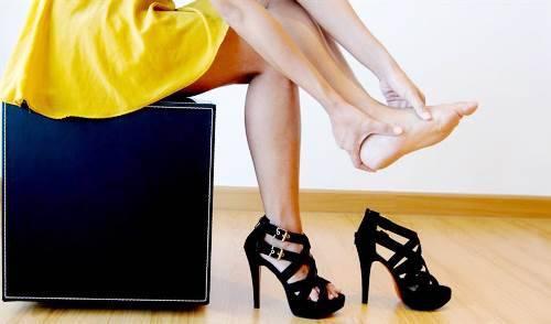 Mang giày cao gót thường xuyên dễ gây suy tĩnh mạch