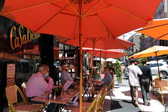 Thế giới hơn 9 triệu ca COVID-19, thành phố tâm dịch New York hoạt động lại