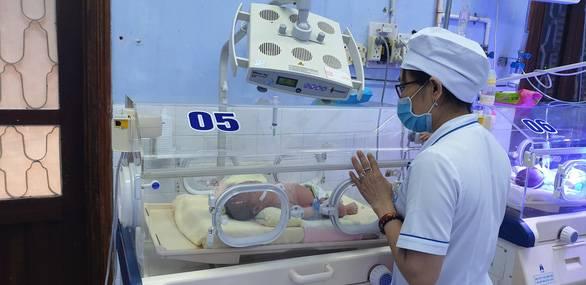 Cứu kịp bé sơ sinh bị bỏ trong túi nilông ven đườn...