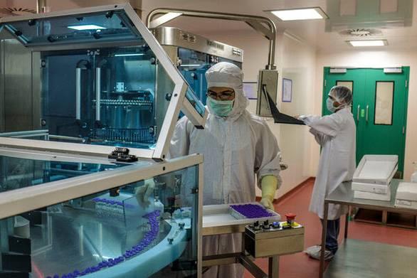 Các tỉ phú Ấn Độ quyết tâm sản xuất vắcxin ngừa CO...