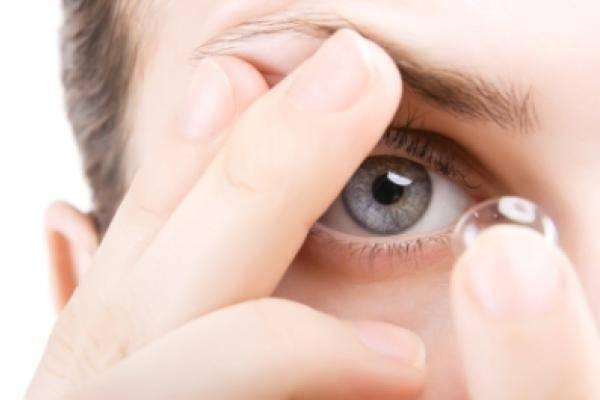 Có nên đeo kính áp tròng đi ngủ?