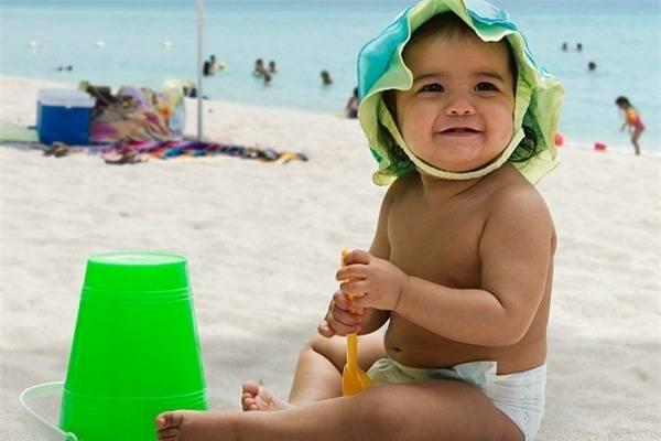 Cách giữ trẻ khỏe mạnh trong kỳ nghỉ lễ đầy nắng