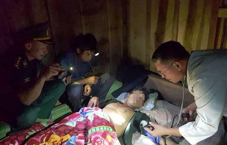 Bộ đội rọi đèn pin cấp cứu người đàn ông dùng súng tự tử