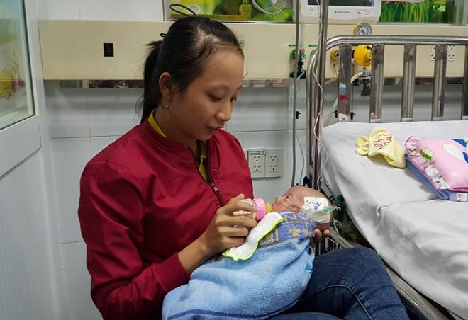 Bé gái ở Sài Gòn có trái tim nhỏ bằng ngón tay bác sĩ