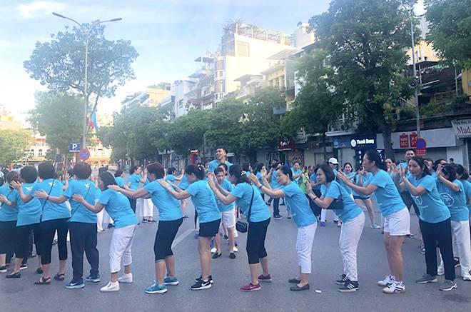 Lớp yoga cười bên bờ hồ Hoàn Kiếm