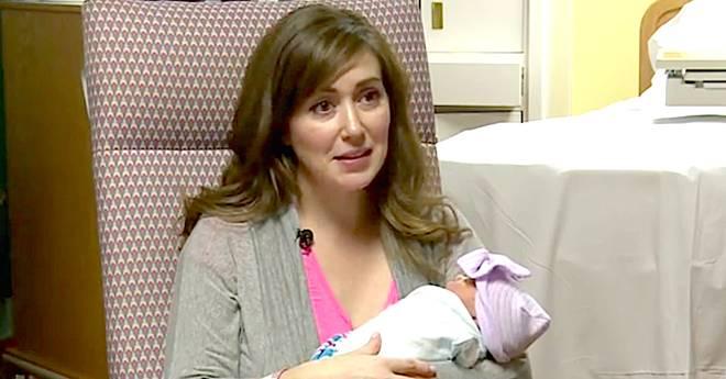 Bác sĩ nén đau đẻ để đỡ sinh cho một sản phụ