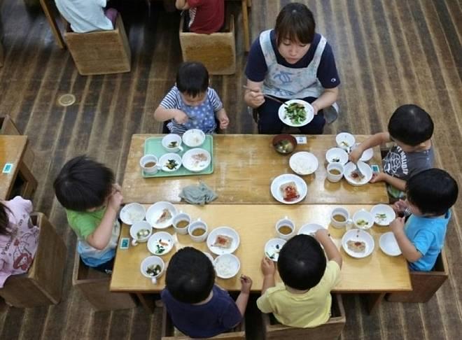 Trẻ em Nhật Bản khỏe mạnh nhờ bữa trưa ở trường