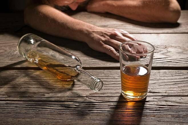 Người đàn ông bị tâm thần sau 10 năm nghiện rượu